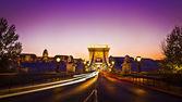 Osvětlené szechenyi řetězového mostu je visutý most, který pokrývá dunaje krásné, ozdobné budapešť, hlavní město maďarska v noci — Stock fotografie