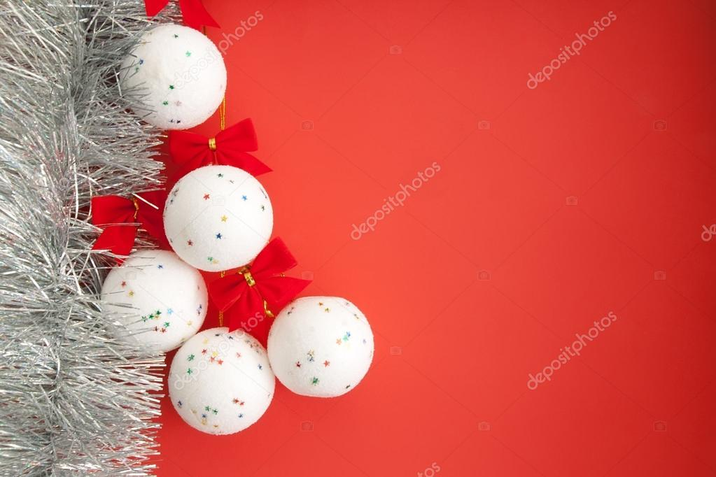 Christmas decorations. White balls on a red background, with copy paste space. — Foto de Stock   #14945433