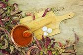 Papriky na dřevěný stůl. — Stock fotografie