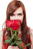 女孩举行红玫瑰 — 图库照片