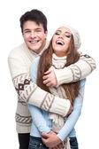 Mladý, usměvavý pár v zimním oblečení všeobjímající — Stock fotografie