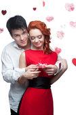 ヤング カップルをバレンタインの日に笑顔 — ストック写真
