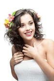 Młoda kobieta z kwiatem we włosach — Zdjęcie stockowe