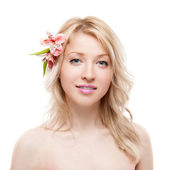 Blond meisje met bloem — Stockfoto
