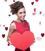Veselá dívka drží červené papírové srdce — Stock fotografie