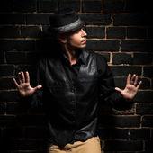 Man lean against black brick wall — Stock Photo