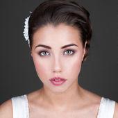 Ung kvinna med blommor i håret — Stockfoto