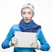 Giovane donna allegra con cartello su sfondo bianco — Foto Stock