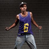 Hip-hop styl člověka hospodářství řetěz — Stock fotografie