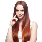 赤い髪の少女をにやにや笑う — ストック写真