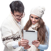 Joven sonriendo invierno par usando la tableta — Foto de Stock