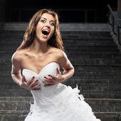 Belle jeune femme en robe de mariée — Photo