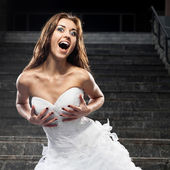 Mooie jonge vrouw in trouwjurk — Stockfoto