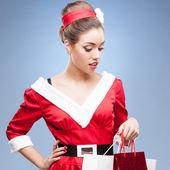 買い物袋を保持している陽気なレトロな女の子 — ストック写真
