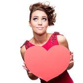молодой веселый женщина держит сердце красной бумаги — Стоковое фото