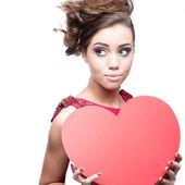 Jeune femme joyeuse tenant coeur de papier rouge — Photo