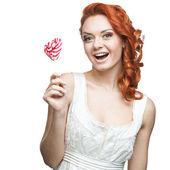 Sucette holding heureuse femme rouge — Photo