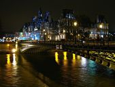 Hotel de Ville and bridge D'Arcole across Seine river at night, Paris, France — Stock Photo