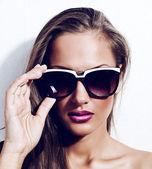Fashion model in sunglasses, beautiful young woman — Stock Photo