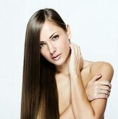 Närbild porträtt av en vacker ung kvinna med långt hår — Stockfoto