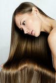 Closeup retrato de una bella mujer joven con el pelo largo — Foto de Stock