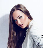Belle femme avec des cheveux brillants longue et sombre — Photo