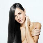 Hermosa mujer con pelo largo y negro brillante — Foto de Stock