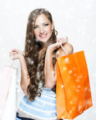 Un retrato de una bella mujer sosteniendo bolsas de compras — Foto de Stock