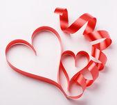 Červená stužka tvoří srdce — Stock fotografie