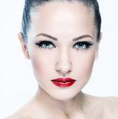 Mujer bonita con maquillaje glamour — Foto de Stock