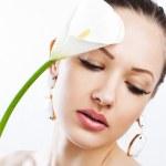 sensual mujer joven con la flor de celebración perfecta piel limpia — Foto de Stock