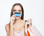 Jolie femme belle tenue des sacs à provisions et carte de crédit — Photo