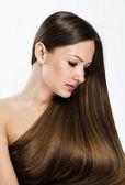 彼女の裸の体を覆っている長い髪と美しい女性のポートレート — ストック写真