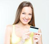 Vrouw bedrijf creditcard — Stockfoto