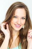 Krásná mladá žena s dlouhými kudrnatými vlasy — Stock fotografie