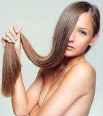Kobieta ze zdrowych włosów długich — Zdjęcie stockowe