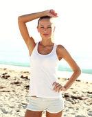 Sporcu kız çalışmadan sonra sahilde — Stok fotoğraf