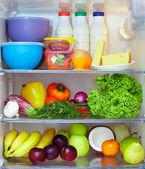 冰箱充分的健康食品。水果、 蔬菜和奶制品 — 图库照片