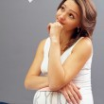 unga gravid kvinna ser på klädstreck och tror — Stockfoto #13549169