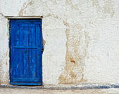 Old house white wall with blue door — Stock Photo