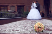 Outdoor winter close-up of wedding bouquet lying on snow on a bride and gro — Stock Photo