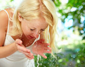 Pretty young girl washing up in the morning outdoor — Stock fotografie