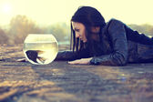 Krásná mladá žena na zemi s skaláry v misce — Stock fotografie
