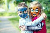 Faccia due dipinti piccoli amici abbracciando fuori — Foto Stock