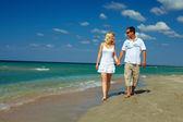 Vakantie romantiek, gelukkige paar wandelen op het strand — Stockfoto