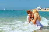 Mãe e filho beijaram na água do mar na praia — Fotografia Stock