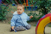 Jestem śliczny mały chłopiec dziecko usytuowanie na terenie przedszkola — Zdjęcie stockowe