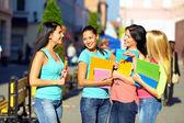 čtyři krásné vysoké školy dívky mluví na ulici — Stock fotografie