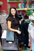 Abbastanza elegante donna shopping nel negozio di abbigliamento — Foto Stock
