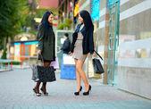 在城市购物的两个快乐优雅女人 — 图库照片
